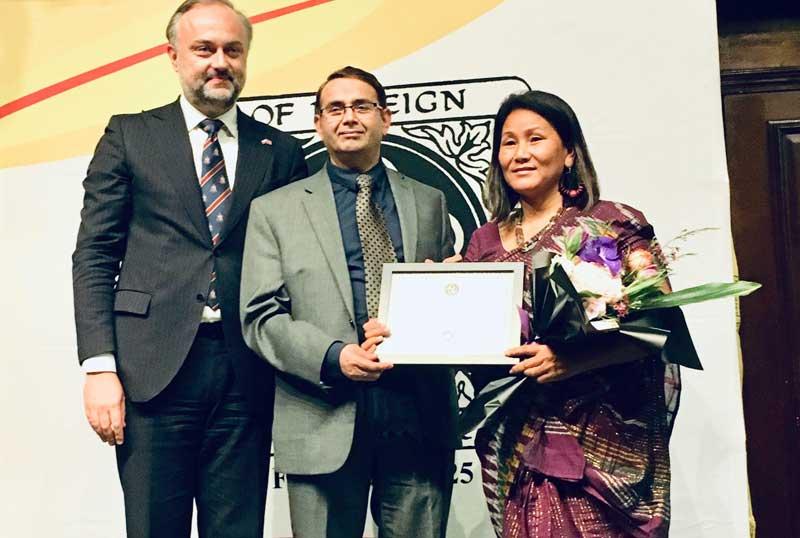 अमेरिकामा १९ देशका नारीहरूसंगै नेपाली चेली ईन्दिरा सम्मानित