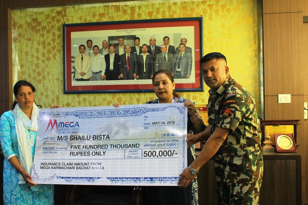 ताप्लेजुङ दुर्घटनामा दिवंगत सेनाका परिवारलाई मेगा बैंकको बिमा बापत ५ लाख रुपैँया