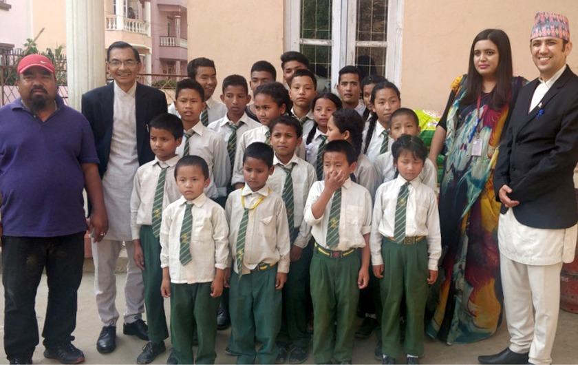हिमालयन बैंकद्धारा असहाय बालबालिकाहरुलाई सहयोग प्रदान