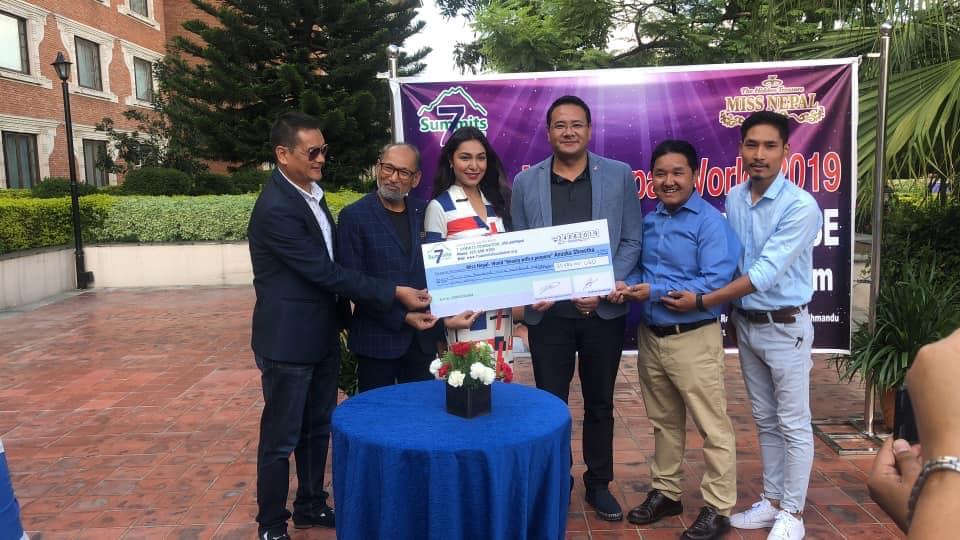 एशी शेर्पा र सेभेन समिटमार्फत 'ब्यूटी वीथ प्रपोज प्रोजेक्ट'को लागि मिस नेपाललाई ३७ लाख हस्तान्तरण