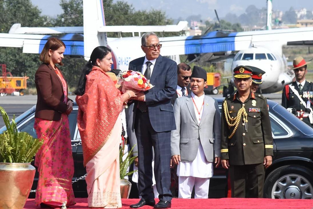 बंगलादेशका राष्ट्रपति हमिद काठमाडौंमा, त्रिभुवन विमानस्थलमा राष्ट्रपति भण्डारीद्वारा स्वागत