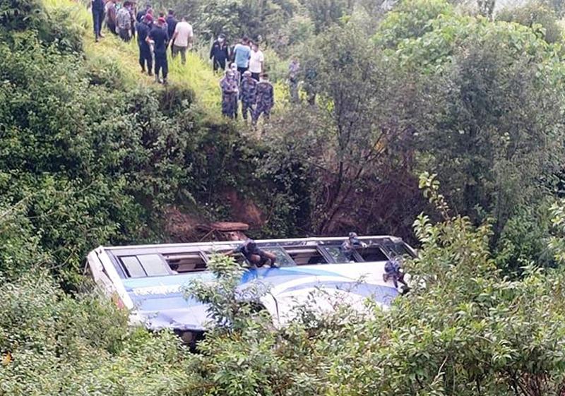 डोटीमा बस दुर्घटना : तीनको मृत्यु, ३२ घाइते