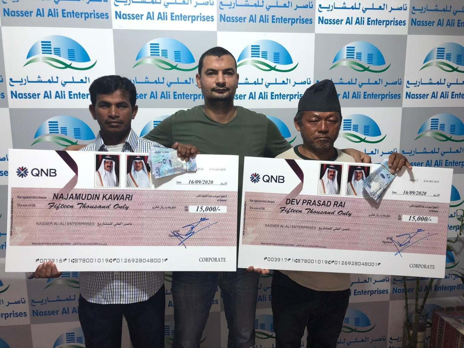 कतारमा १० बर्षबढि काम गरेका दुई नेपालीले पाए नगद पुरस्कार