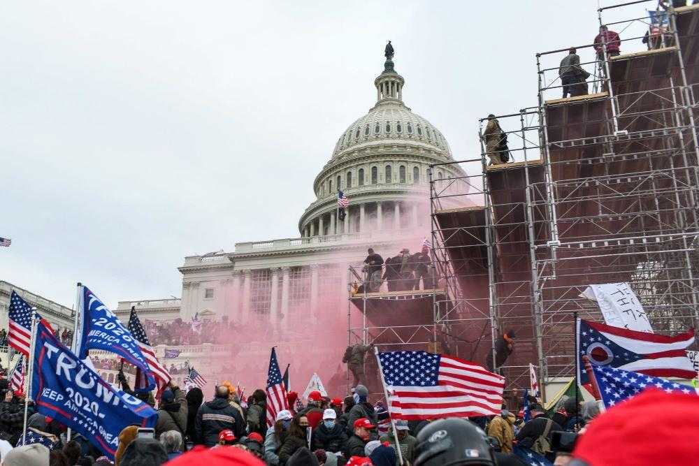 ट्रम्पका हतियारधारी समर्थकले संसद भवनमै आक्रमण गरेपछि वासिंगटनमा कर्फ्यू