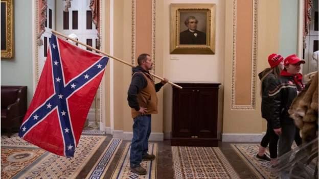 अमेरिकी संसदमा दक्षिणी संघीय झण्डासहित घुस्ने व्यक्ति पक्राउ