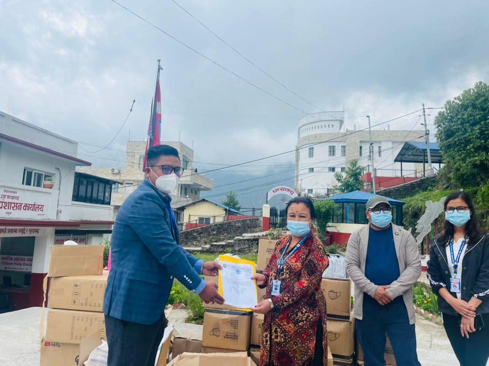हिमालय सिमापार बाणिज्य संघद्धारा रसुवामा कोभिड रोकथामका स्वास्थ्य सामाग्री सहयोग