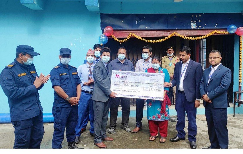 सिन्धुपाल्चोक र मनाङका बाढी पहिरो पीडितलाई मेगा बैंकको १२ लाख सहयोग