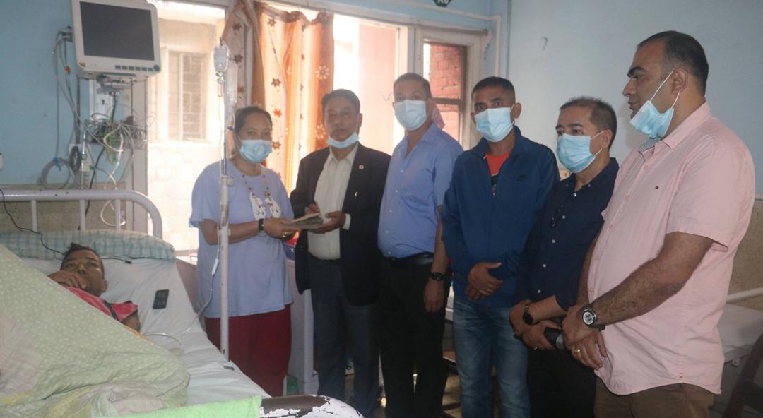 सिन्धुपाल्चोकका लिभर बिरामीलाई हिमालय सीमापार र सिन्धुपाल्चोक उद्योग बाणिज्य संघको सहयोग