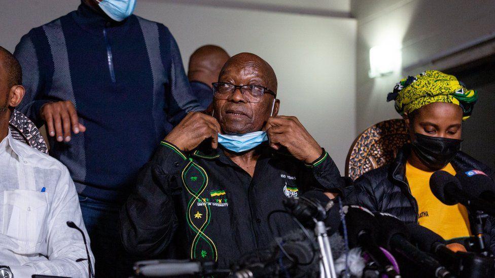 दक्षिण अफ्रिकाका पूर्व राष्ट्रपति जुमाले गरे प्रहरीसमक्ष आत्मसमर्पण